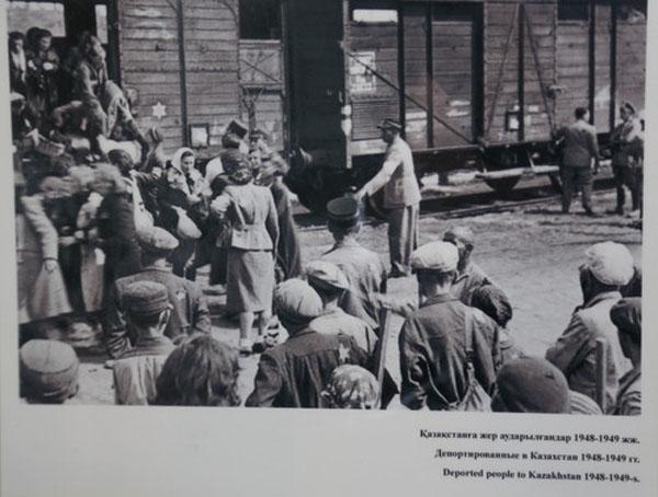 Agustos 1937'de, Stalin'in emriyle merkezi Moskova olmak uzere Kazakistan'da kurulan kamplara on binlerce siyasi mahkum surgun edildi. Kadinlar kamplara Stalin adi verilen vagonlarda tasindi.