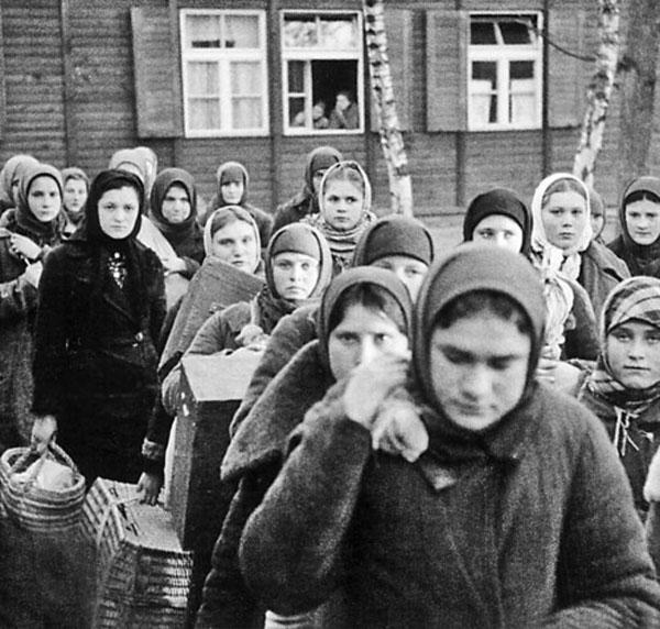 Trenlere doldurularak evlerinden ve vatanlarından koparılarak sürgün edilenler 'Stalin' adı verilen vagonlarda çok zor şartlarda Asya steplerini aşarak eksi 40 dereceye varan soğuklarda Kazakistan'a getirildi.
