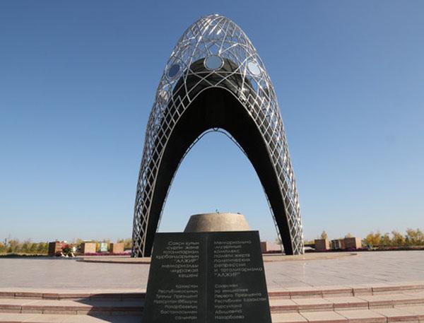Agustos 1937 yilinda donemin Sovyet Lideri Stalin'in emriyle merkezi Moskova olmak uzere Orta Asya'da Kazakistan'in Akmolla ve Karaganda Eyaletleri'nde kurulan kamplara onbinlerce siyasi mahkum surgun edildi.Astana'ya 30 kilometre uzaklikta bulunan kampa ALJIR muzesi acildi.
