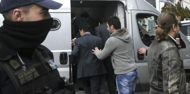 Yunanistan darbeci askerlerden birinin iltica talebini kabul etti