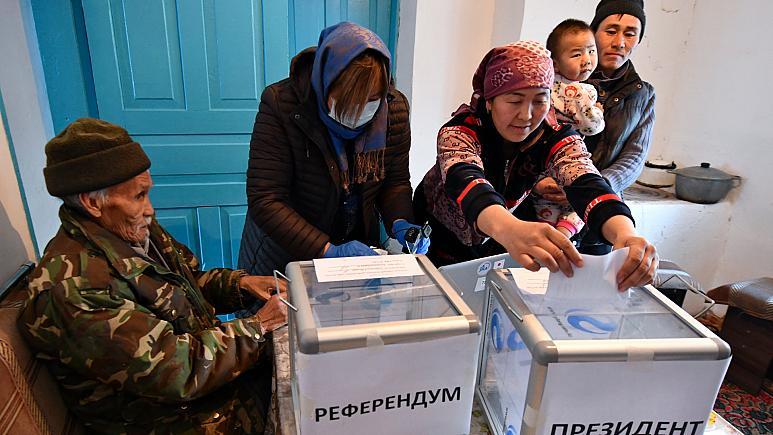 Kırgızlar ülkenin yönetim şeklini belirlemek için sandık başında -